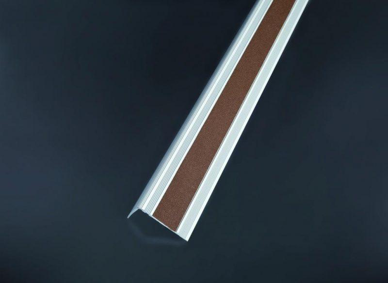 Schodová hrana vŕtaná so samolepiacou krycou páskou 53x30 mm