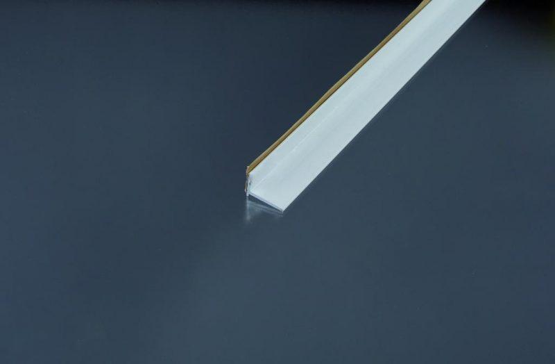 Ukončovací kútový profil samolepiaci 20x15 mm. hrúbka 0 - 22 mm